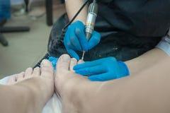 Processo do pedicure O pedicure faz o instrumento imagem de stock