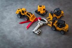 Processo do sucesso com brinquedos do caminhão e chave de prata Imagens de Stock Royalty Free