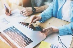 Processo do trabalho da equipe de Coworking no escritório moderno Tabuleta digital da tela tocante do gerente Grupo novo do negóc fotos de stock