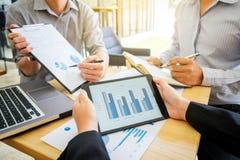 Processo dos trabalhos de equipa, colega da equipe do negócio que apresenta e que mostra fotografia de stock