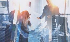 Processo dos trabalhos de equipa Equipe nova dos businessmans que fazem a grande discussão do negócio no escritório coworking mod foto de stock
