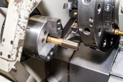 Processo fazendo à máquina da placa do metal no torno com ferramenta de corte imagens de stock royalty free