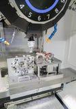 Processo industriale di taglio lavorante del metallo delle parti B automobilistiche Immagine Stock Libera da Diritti