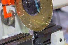 Processo industriale di taglio lavorante del metallo dello spazio in bianco immagine stock