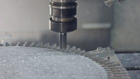 Processo lavorante - mulino di CNC che fabbrica una parte di metallo avanzata archivi video
