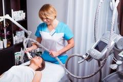 Processo linfatico dell'apparecchiatura di massaggio GPL di drenaggio L'estetista del terapista fa un massaggio facciale ringiova fotografie stock