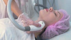 Processo linfatico dell'apparecchiatura di massaggio GPL di drenaggio per il collo L'estetista del terapista fa un massaggio facc archivi video