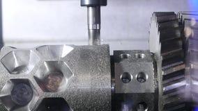 Processo metallurgico di taglio dalla fresa media Dettaglio del metallo di processi della macchina di CNC Primo piano del metallo archivi video