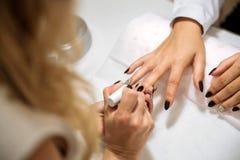 Processo no salão de beleza, fim do tratamento de mãos acima Fotos de Stock
