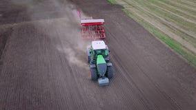 Processo que ara o campo agrícola Máquina da sementeira que trabalha no campo cultivado filme