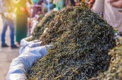 processo a secco del tè verde organico dopo selezionato nel mercato Immagine Stock Libera da Diritti