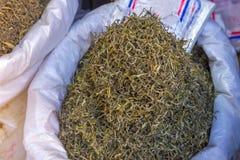 processo a secco del tè verde organico dopo selezionato nel mercato Immagine Stock