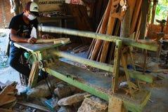 Processo segante di materiale di legno immagine stock
