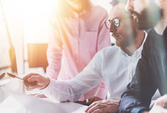 Processo Sunny Modern Office di riunione d'affari dei colleghe Concetto di lavoro di squadra Giovani del gruppo che discutono ins Fotografia Stock Libera da Diritti