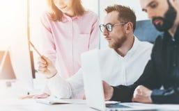 Processo Sunny Office di riunione d'affari dei colleghe Concetto moderno di lavoro di squadra del primo piano Giovane discussione Fotografia Stock