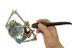 Processo tecnologico de soldar microplaquetas com a ajuda de ampliar o equipamento auxiliar foto de stock royalty free
