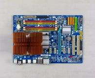 Processorkylsystem och ATT RAMMA på Gigabitmoderkortet på grå bakgrund, närbild för bästa sikt arkivfoton