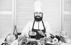 Processos de cozimento b?sicos Ingredientes da costeleta i Prepare ingredientes cozinhando Cozinheiro chefe mestre do homem ou imagem de stock