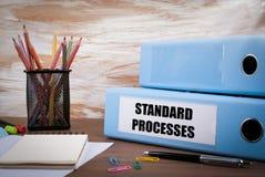 Processos padrão, pasta do escritório na mesa de madeira Na tabela c Fotografia de Stock