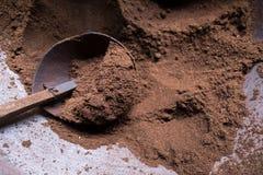 Processus d'à café Poudre de grains de café Photos stock