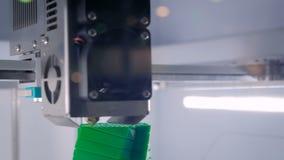 Processus d'imprimer le modèle en plastique sur la machine automatique de l'imprimante 3d banque de vidéos