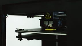 Processus d'imprimer le mod?le en plastique physique sur la machine automatique de l'imprimante 3d Technologies, impression 3D et photographie stock
