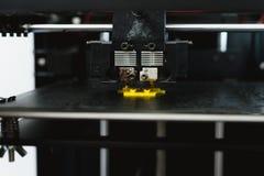 Processus d'imprimer le mod?le en plastique physique sur la machine automatique de l'imprimante 3d Technologies, impression 3D et images libres de droits