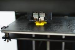 Processus d'imprimer le mod?le en plastique physique sur la machine automatique de l'imprimante 3d Technologies, impression 3D et image stock
