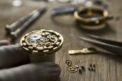 Processus d'installer une pièce sur une montre mécanique, réparation de montre image stock