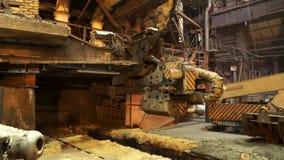 Processus de bâti en métal avec le feu à hautes températures à l'usine, concept d'industrie lourde Longueur courante Magasin chau banque de vidéos