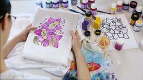 Processus de batik : peintures d'artiste sur le tissu, Batik-faisant banque de vidéos