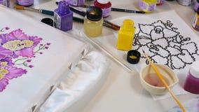 Processus de batik : peintures d'artiste sur le tissu, Batik-faisant clips vidéos