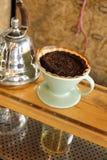 Processus de café d'égoutture sur le support photographie stock libre de droits
