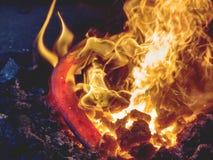 Processus de chauffage de barre en m?tal sur les charbons chauds photos libres de droits