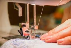 Processus de couture Photographie stock libre de droits