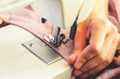 Processus de couture sur la machine à coudre Image libre de droits