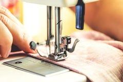 Processus de couture sur la machine à coudre Image stock