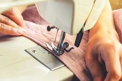 Processus de couture sur la machine à coudre Images libres de droits