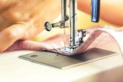 Processus de couture sur la machine à coudre Photo stock