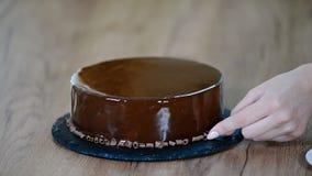 Processus de créer les dessserts délicieux Décoration du gâteau de mousse de chocolat banque de vidéos