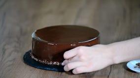 Processus de créer les dessserts délicieux Décoration du gâteau de mousse de chocolat clips vidéos