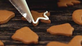 Processus de décoration des biscuits de Noël Famille culinaire et concept de traditions banque de vidéos