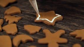 Processus de décoration des biscuits de Noël Fin vers le haut de garnir l'étoile de pain d'épice clips vidéos