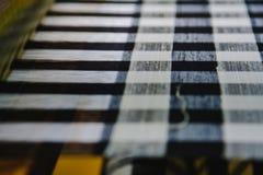 Processus de fabrication en soie sur le tissage traditionnel thaïlandais avec le métier à tisser Fil en soie cru coloré dans le p Photographie stock