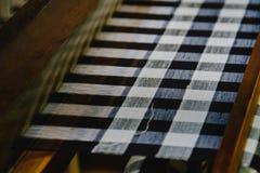 Processus de fabrication en soie sur le tissage traditionnel thaïlandais avec le métier à tisser Fil en soie cru coloré dans le p Image stock