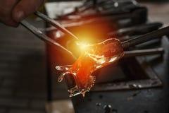 Processus de fabrication en verre de jouet de Noël photographie stock libre de droits