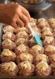 Processus de faire cuire des boulettes de viande avec du fromage Photographie stock libre de droits