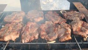 Processus de faire cuire la viande Bifteck sur le barbecue Extérieur appétissant de porc de préparation banque de vidéos