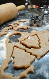 Processus de faire des biscuits cuire au four de Noël de pain d'épice à la maison Outils de coupe image libre de droits