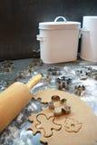 Processus de faire des biscuits cuire au four de Noël de pain d'épice à la maison Outils de coupe images libres de droits
